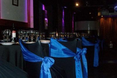 Mesas con Manteles y decoración en Negro y Azul, ideal para eventos formales, cumpleaños, empresariales, aniversarios, Bar y Bat Mitzvah.
