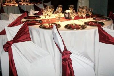 Sillas Revestidas y Mesas Mantelería en Blanco y Bordo ideal para fiestas de 15 años, casamientos, aniversarios, eventos reuniones formales Floresta CABA