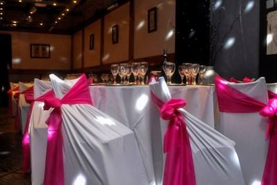 Mesas con Mantelería y sillas revestidas en Blanco y Rosa ideal para fiestas de 15 años, cumpleaños, Bar Bat Mitzvah, aniversarios, infantiles y eventos de todo tipo familiar