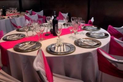 Mesas con Mantelería en Blanco y Rosa ideal para fiestas de 15 años, cumpleaños, Bar Bat Mitzvah, aniversarios, infantiles y eventos de todo tipo familiar