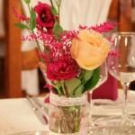 Detalle del adorno floral de la mesa presidencial. - Eventos Palacios
