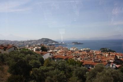Kusadasi, Tyrkiet en by som tiltrækker mere end 500.000 turister hvert år samt 500.000 endagstyriskter fra krydstogtskibe og færger