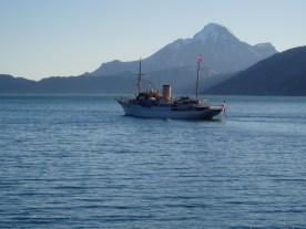 Dannebro sejler ud af Arsukfjorden med Kugnai i baggrunden
