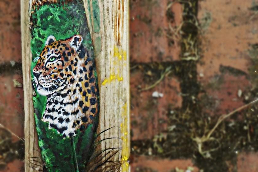 Jaguar auf Feder gemalt