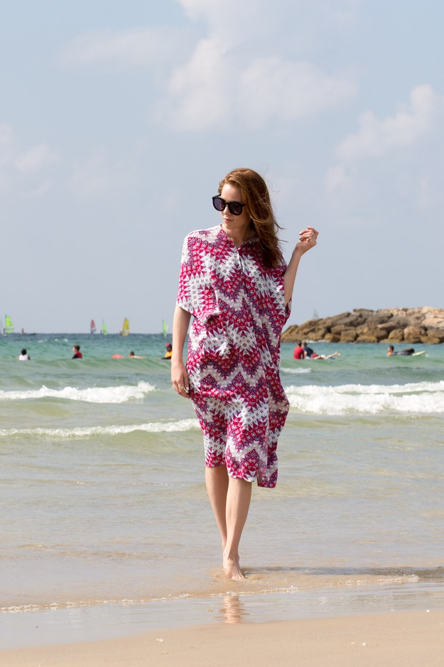 Pink Kaftan on beach_00001