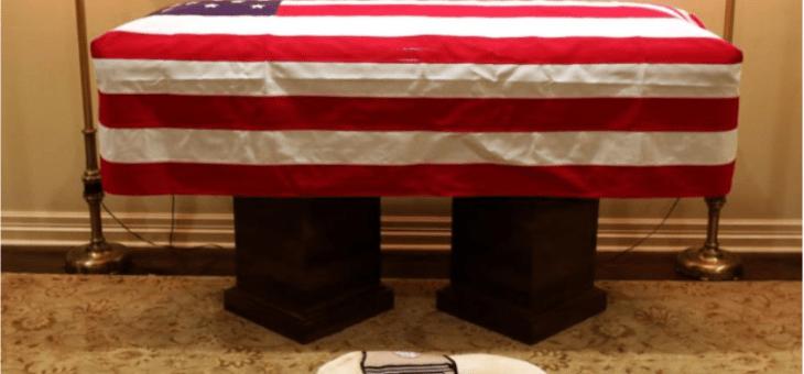 El perro de Bush le rinde tributo frente a su ataúd