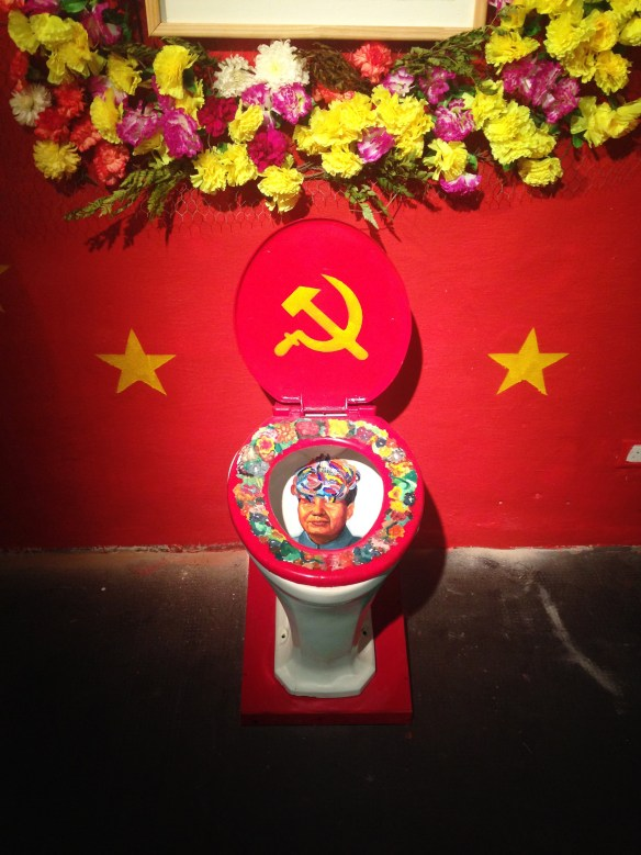 celebration of the sacred appearance of Mao Tse Tung on porcelain toilet_detail picture2_instalation_2014_dinamica exhibition motin