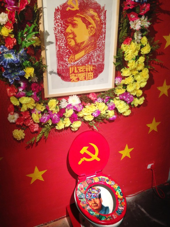 celebration of the sacred appearance of Mao Tse Tung on porcelain toilet_detail picture_instalation_2014_dinamica exhibition motin
