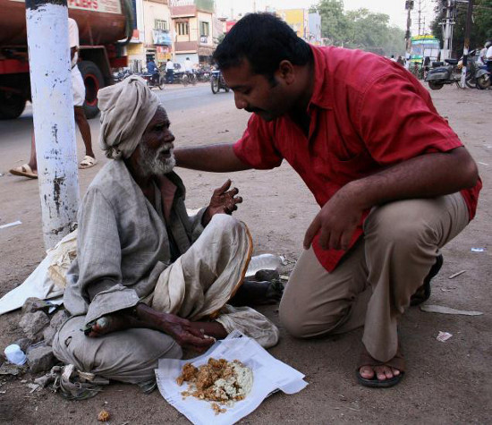 Image: Narayanan Krishnan feeding the homeless