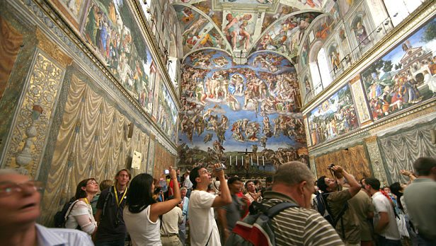 Image: Crowds with mouth agape in the Sistine Chapel