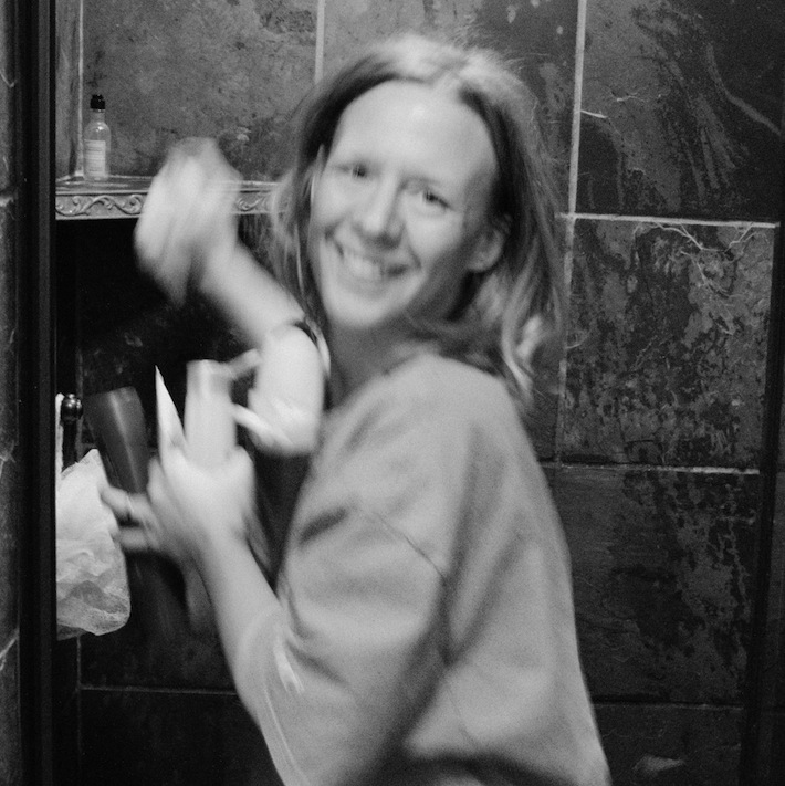 cleaning the bathroom with vinegar