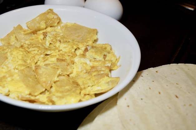 Easy an fast breakfast huevos con tortilla #mexicanbreakfast #easybreakfast #huevoscontortilla