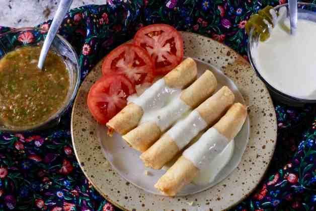 Simple and Crunchy Chicken Flautas with Jalapeño Sour Cream #flautas #chickenflautas