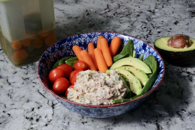 easy Whole30 tuna salad lunch bowl #tunasalad #easylunch #whole30lunch