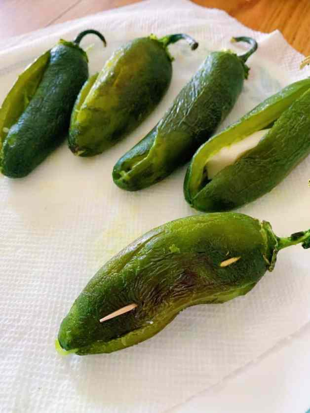 Stuffing jalapeños with cheese #chilescapeados #jalapeñorecipes #mexicanappetizer