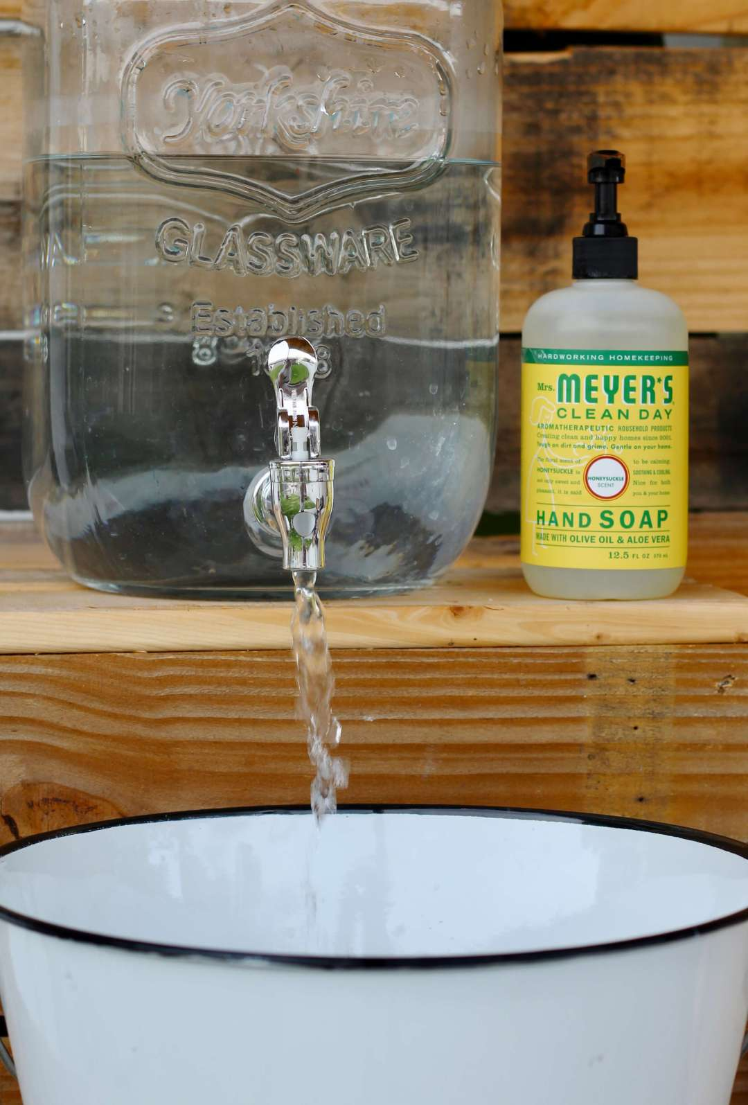 Everyday Party Magazine Simple Outdoor Hand Washing Station, DIY, Mrs. Meyers, Grove Collaborative, Mrs. Meyers, Backyard BBQ, Outdoor Kitchen