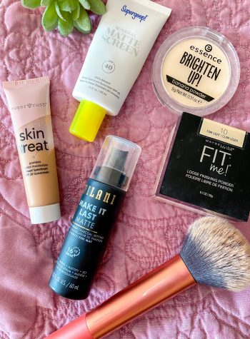 Top Makeup for Oily Skin | Caitlin Cosmetologist | Looking for makeup that lasts on oily skin? Here are my top makeup products to control shine and minimize pores.