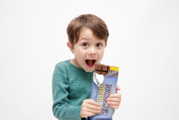 チョコを食べる男の子
