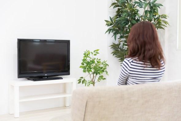 海外ドラマを見る女性