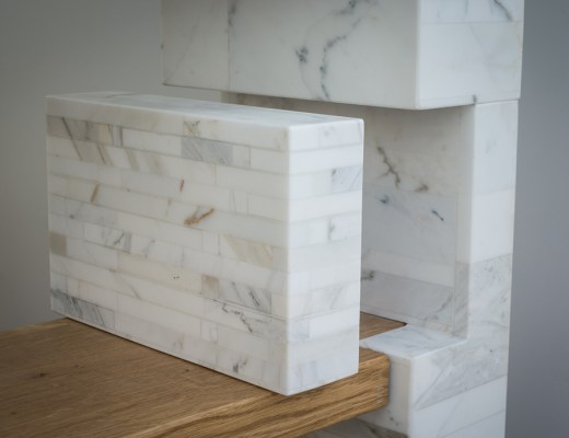 FUTURA bookcase: the bookends are integrated in the structure. Made of beautiful Stonethica Calacatta