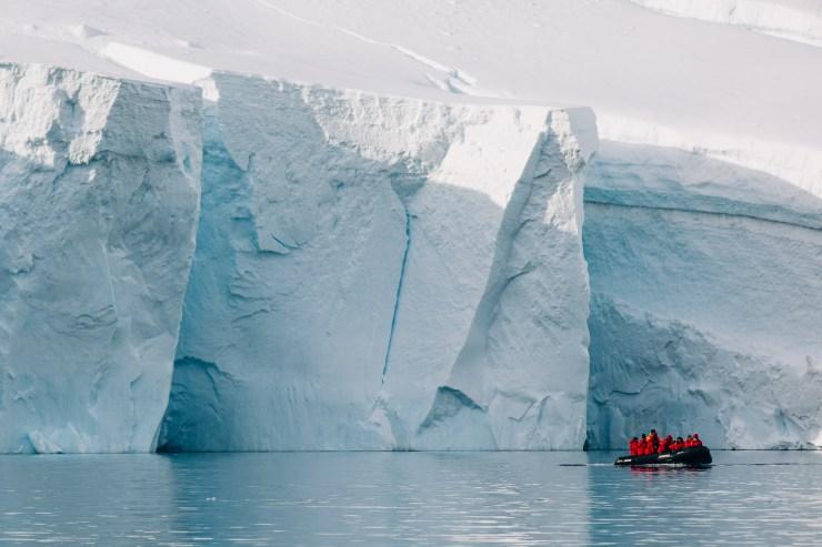 Zodiac vor Eisformationen der Antarktis