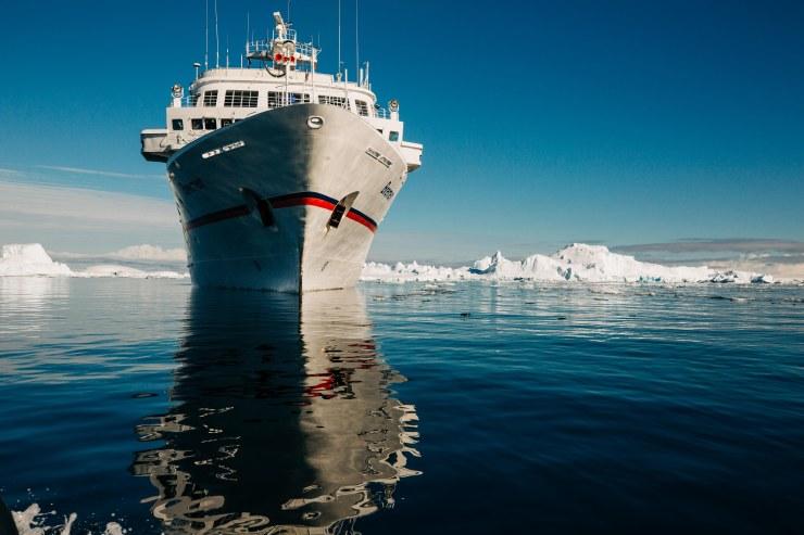 Die MS Bremen ankert vor antarktischem Land und Eis in der Bucht von Prospect Point