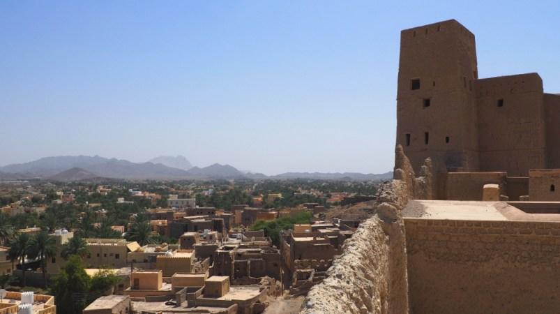 Ausblick von der Mauer des Bahla Fort im Oman