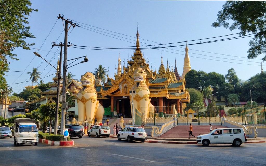 Zwei Chinthe vor dem Nordeingang der Shwedagon-Pagode