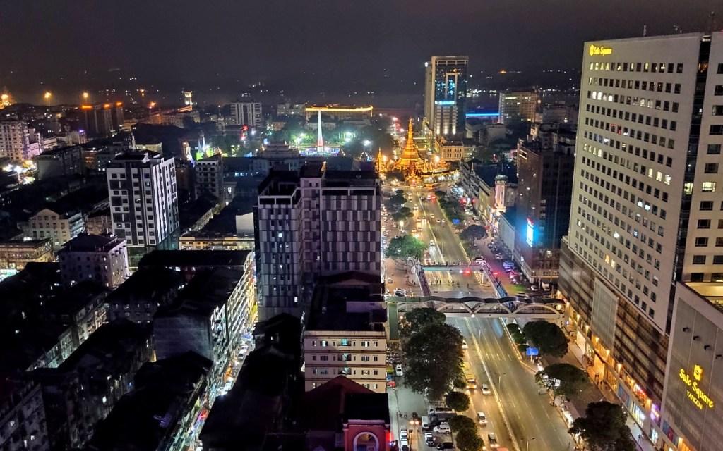 Blick auf Yangon bei Nacht
