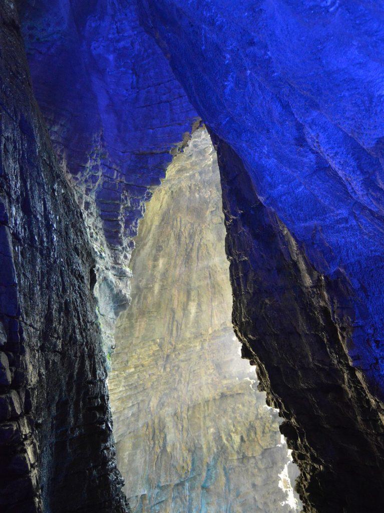 Bleuchteter felsen am Varone-Wasserfall
