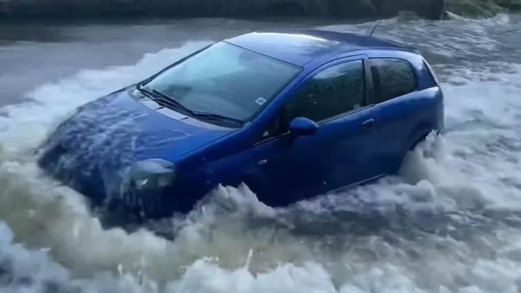 αυτοκίνητο μέσα από πολύ νερό