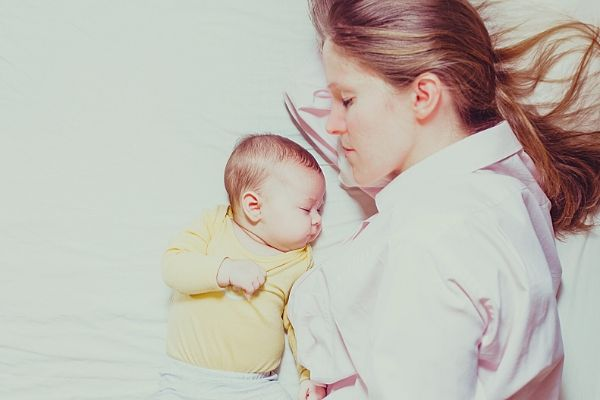 baby-sleeping-besede-mother-on-nontoxic-mattress