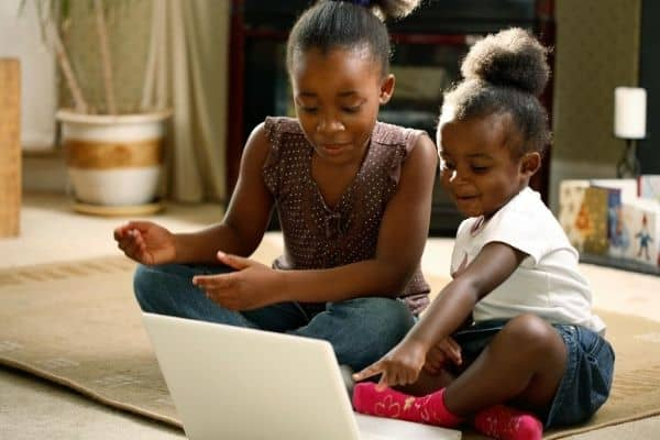 kids-playing-on-computer