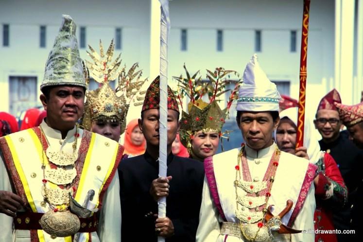 pemberian gelar adat di festival teluk semaka