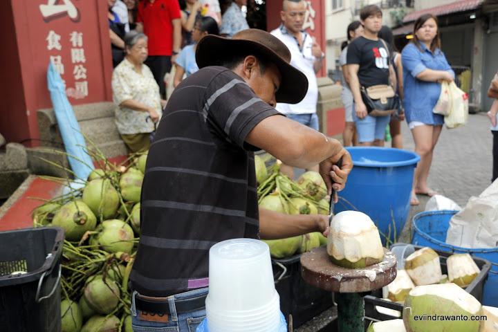 menikmati kelapa muda ala jonker walk