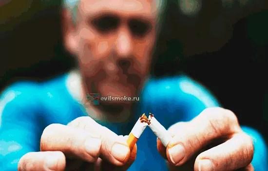 Фото - Мужчина ломает сигарету