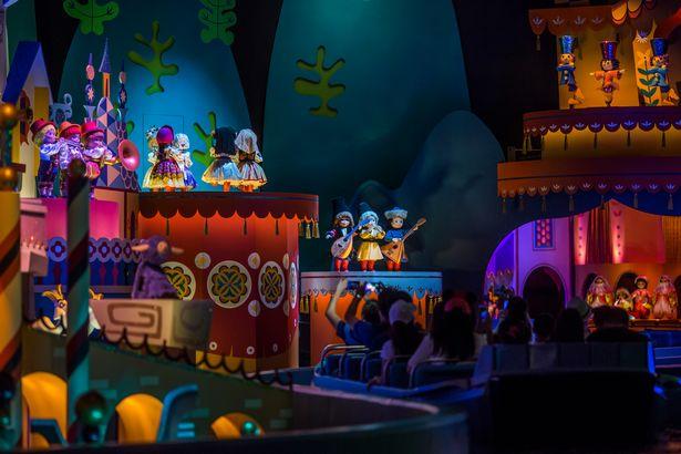 Это маленькая поездка демонстрирует различные культуры мира с танцующими аниматрониками.