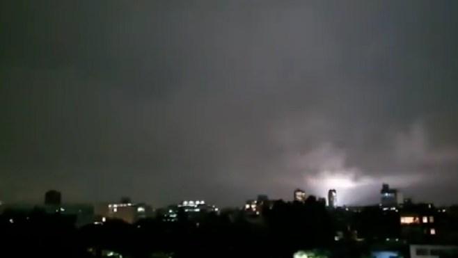 """""""Признаки Апокалипсиса"""": очевидцы в Мексике пугаются странных вспышек в небе 3"""