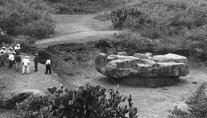 Тлалок и его памятник в виде космического корабля