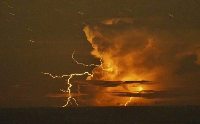 пемза от подводного извержения вулкана, обнаруженная вдоль побережья острова Япония, пемза из вулканических пород от подводного извержения вулкана, обнаруженная вдоль побережья острова Япония, пемза от подводного извержения вулкана, обнаруженного вдоль побережья острова Япония, октябрь 2021 года, пемза от подводного извержения вулкана, обнаруженного вдоль побережья Японии Остров видео