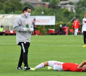 Dr Zimmermann atendendo atleta do Sport Clube Internacional (Foto: Jota Finkler)