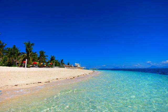 のどかな島のビーチで極上のリラックスタイムを