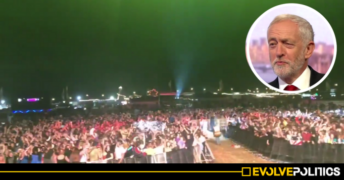 WATCH: 18k Cornwall festival-goers in spontaneous 'deafening' show of support for Jeremy Corbyn [VIDEO]