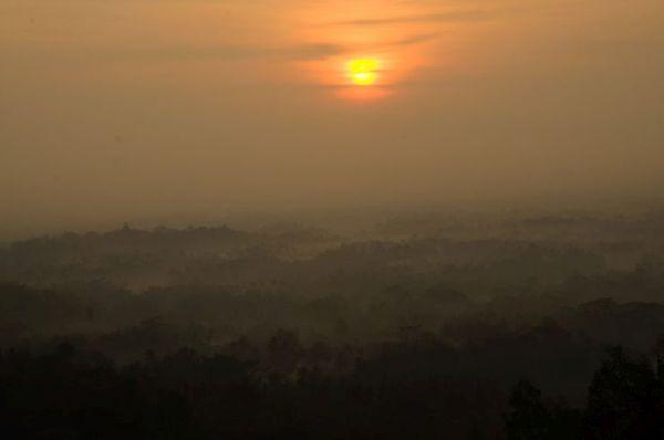 Изгревът над Боробудур, който се вижда в далеченита