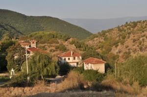 """Храмът """"Св.Илия"""" и Училището за природа в центъра на Влахи. Фото: Р.Йорданов/Евромегдан"""