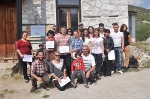 Обучители, участници и домакини в обща снимка с получените в края на срещата сертификати. Фото: Р.Йорданов/Eвромегдан.бг