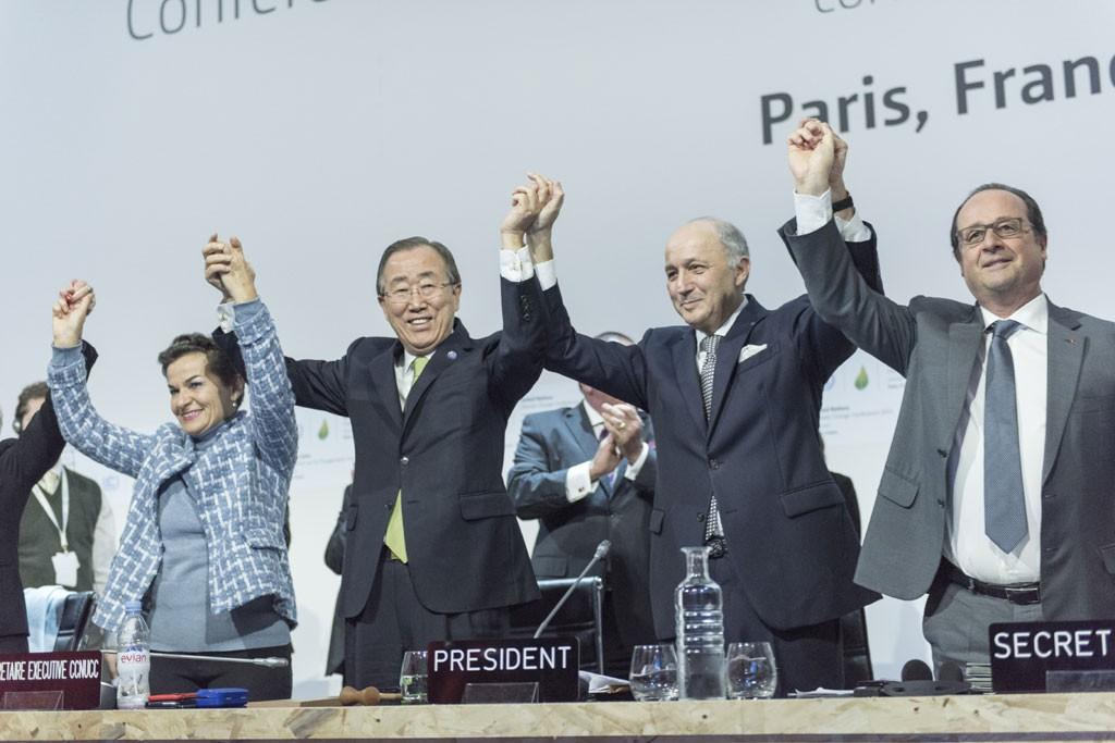 Генералният секретар на ООН Бан Ки-мун, Кристиана Фигерес от Рамковата конвенция на ООН за изменение на климата (UNFCCC), френският външен министър Лоран Фабиюс и президента на Франция Франсоа Оланд празнуат след приемането на споразумението в Париж. Фото: Марк Гартен / ООН
