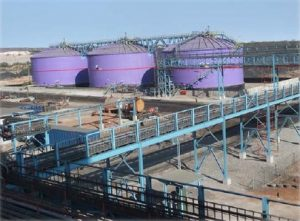 Подобрение: нов високотехнологичен завод за съхраняване на сярна киселина в Цумеб, което намалява на токсичните емисии при обработването на медна руда. Фото: ДПМ.