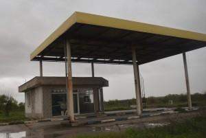 Изоставената бензиностанция в началото на Бели брег