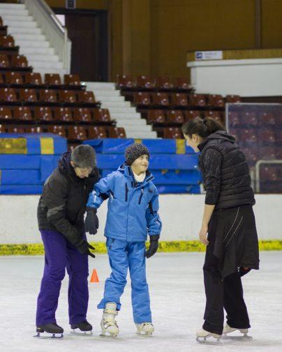 Останалите треньори на пързаката също общуват с децата/ снимка: Григор Атанасов
